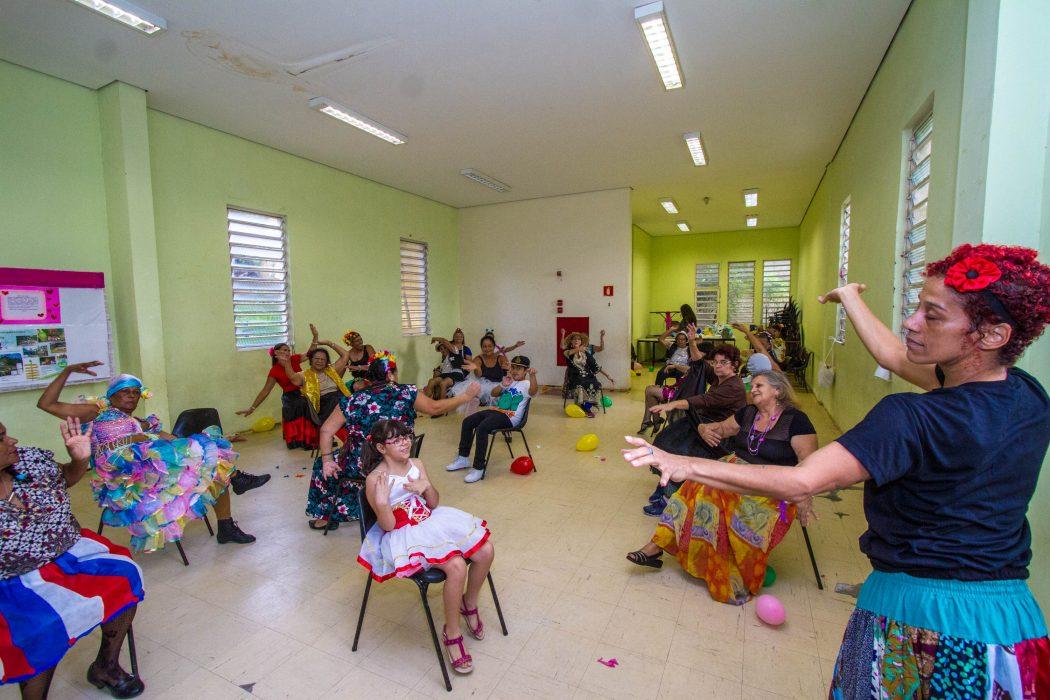 Thais Lima e sua turma da 3º idade - Foto: Joca Duarte